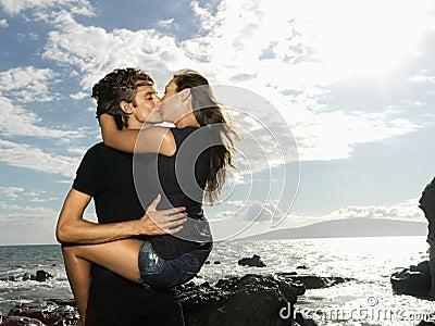 Attraktive junge paare in einer leidenschaftlichen umarmung und