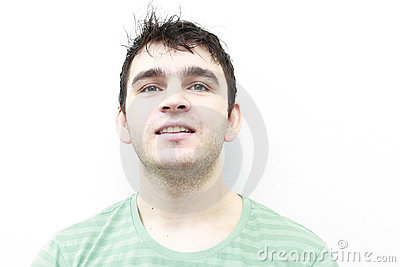 Attraktives Lächeln des jungen Mannes