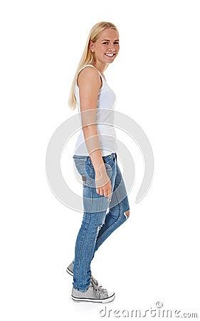 Attraktives Mädchen, das durch Füße geht