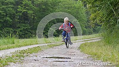 Attraversamento della pozza con la bici stock footage