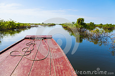 Attraversando through il lago sap di Tonle