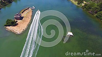 Aturdindo o tiro aéreo do zangão 4k do esqui aquático extremo profissional do atleta apresse o barco com o seascape azul profundo video estoque