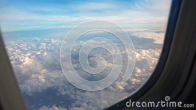 Au-dessus des nuages, ciel comme vu dans la fen?tre d'un avion banque de vidéos