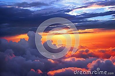 Au-dessus du coucher du soleil de nuages