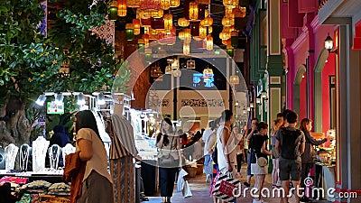 Au rez-de-chaussée, le marché flottant du centre commercial Iconsiam propose des collations thaïlandaises traditionnelles, des bo clips vidéos