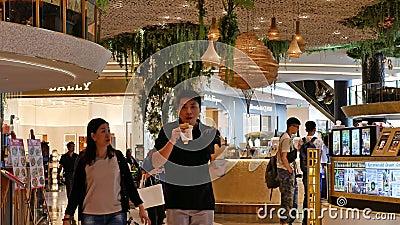 Au rez-de-chaussée, le marché flottant du centre commercial Iconsiam propose des collations thaïlandaises traditionnelles, des bo banque de vidéos
