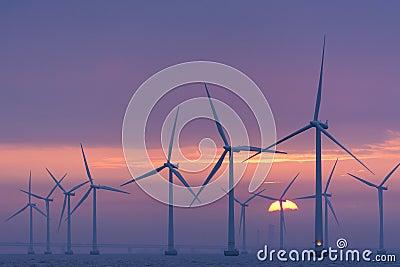 Aube en mer de Lillgrund de champ d éoliennes, Suède Image stock éditorial