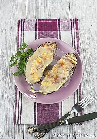 Aubergine cuite au four avec les légumes et le fromage