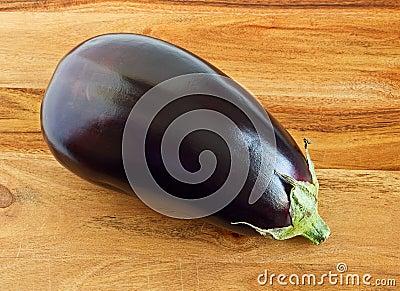 Aubergine, Indische purpere aubergine op hout