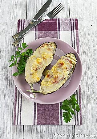 Aubergine som bakas med grönsaker och ost