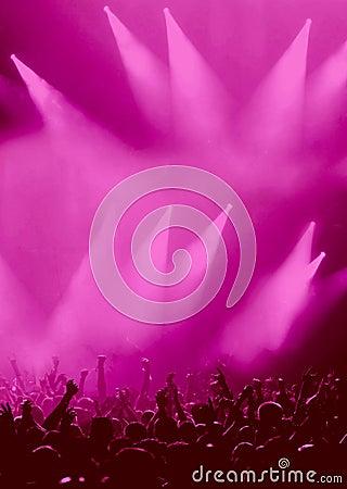 Audiencia del partido o muchedumbre del concierto en magenta