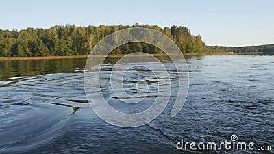 Auf dem Boot durch den See fahren stock video