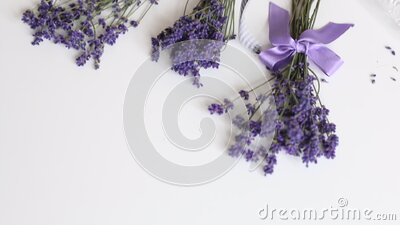 Auf dem Tisch stehen Lavendelblumen Eine Frau packt Lavendelblumen in Handarbeit Verbunden das Band stock video footage