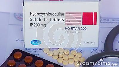 Auf einer Faltschachtel mit Hydroxychloroquin Tabletten links bis rechts ein Videopräsonen stock video footage