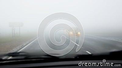 Auf Straße im Nebel antreiben, gefährlich: Zwangsarbeit zum zu sehen