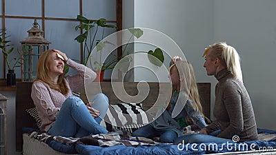 Aufgeregte Familie, die Vermutung die Spiel auf dem Bett spielt stock video footage
