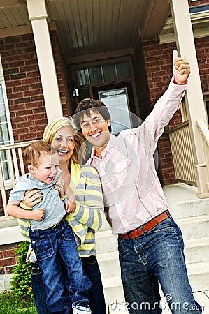 Aufgeregte Familie zu Hause