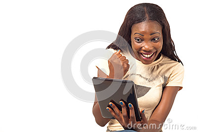 Aufgeregte Frau, die digitale Tablette hält