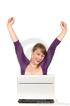 Aufgeregte Frau mit Laptop