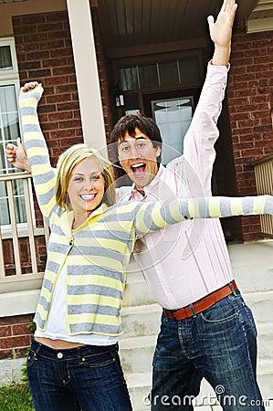 Aufgeregte Paare zu Hause