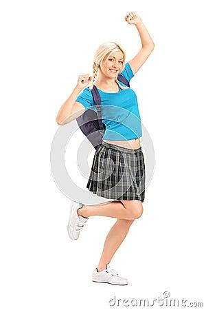 Aufgeregte Studentin mit den angehobenen Händen