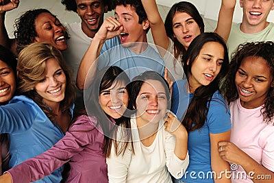 Aufgeregte und glückliche Gruppe verschiedene Leute