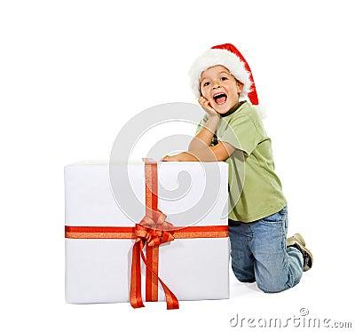 Aufgeregter Junge mit großem Geschenk