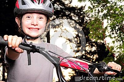 Aufgeregter Radfahrer an der Dämmerung