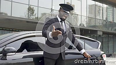 Aufmerksamer Taxifahrer, der höflich Autotür, einladenden Kunden öffnet, um sich hinzusetzen stock video footage
