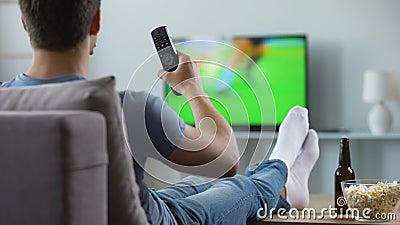 Aufpassende Aufnahme des Sportfreunds des fehlenden Fußballspiels, moderne intelligente Fernsehtechnologie