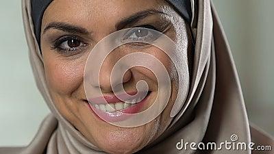 Aufrichtige moslemische Frau, die auf gesundem Lebensstil der Kamera, der Weiblichkeit und der Schönheit lächelt stock footage