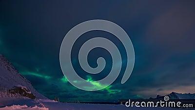 Aurora boreal y nubes en el cielo nocturno de Lofoten Lapso de tiempo almacen de video