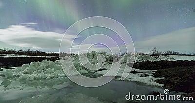 Aurora boreale sopra catena montuosa archivi video