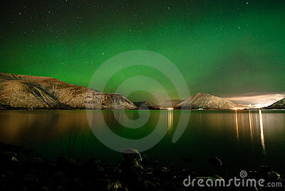 Aurora polaris above a lake