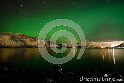 Aurora polaris above a lake