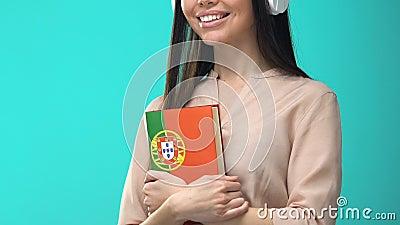 Auscultadores femininos com seminário online de livros em português, conhecimento vídeos de arquivo