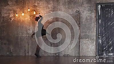 Ausgebildetes Tänzermädchen wirbelt in einen drastischen Tanz in einer dunklen gotischen Halle stock video footage