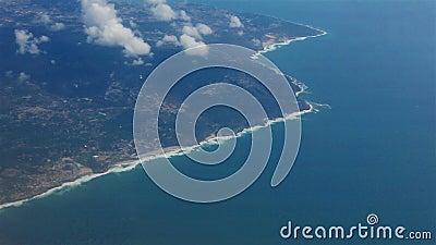 Aussicht vom Aussichtspunkt eines Flugzeugs Wolken über dem Atlantischen Ozean stock video