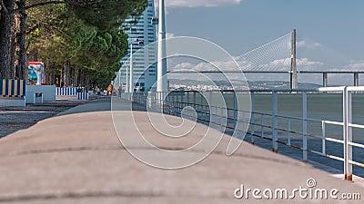 Aussicht vom Fluss Tagus direkt am Ufer des Lissaboner Nationalparks und vom Timelapse Vasco da Gama Bridge, Portugal stock video