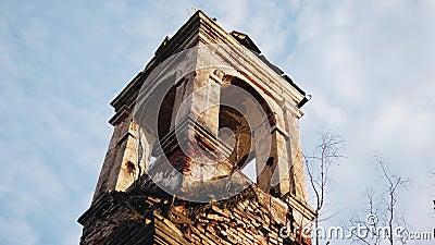 Auténtica torre de un viejo templo cristiano en ruinas contra el cielo La cámara está en movimiento almacen de video