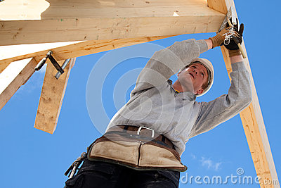 Autentyczny pracownik budowlany