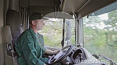 Autista di camion nell'automobile stock footage