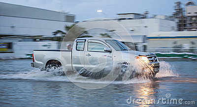 Auto in der Wasserüberschwemmung Redaktionelles Stockbild