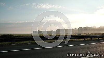 Auto het drijven op hoge snelheid buiten het centrum van stad Mening over nieuwe gebouwde infrastructuur en gebouwen of districte stock videobeelden