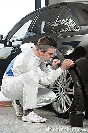 Auto mechanic painting car element