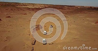 Auto's rijden in de woestijn van boven stock videobeelden