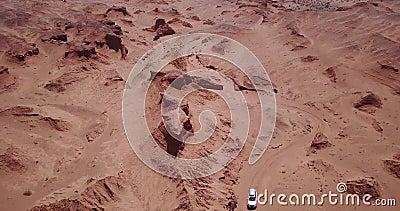 Auto's rijden in de woestijn van boven stock footage