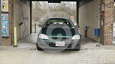 Auto verjagt von der Selbst-Aufschlags-Waschanlage (Winter) stock video