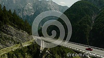 Auto, welches die Bogenbrücke kreuzt stock video