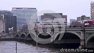 Autobus au pont de Westminster clips vidéos